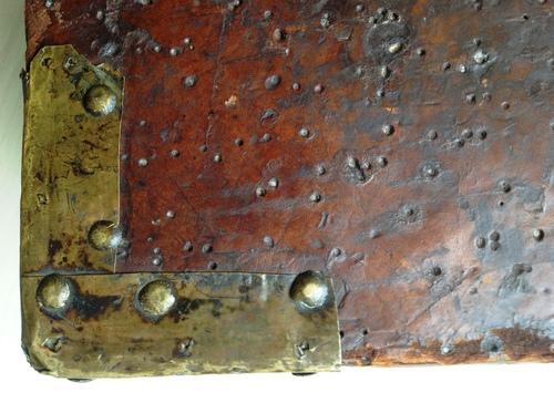 Un des quatre coins métalliques de l