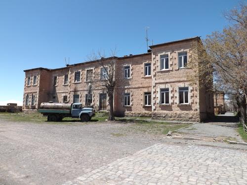 un des edifices du village de anipemza avec le camion qui vend l