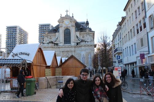 Une partie de l'équipe devant l'église Saint-Sébastien, avec un marché de Noël sur la place