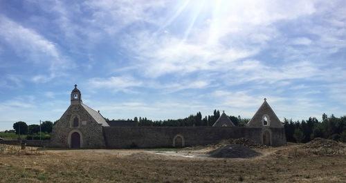 Vue d'ensemble avec la Chapelle à gauche et le Mémorial à droite.