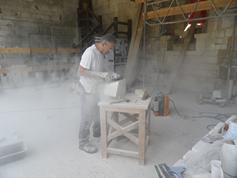 Notre artisan en taille de pierre Florent PERIER au travail