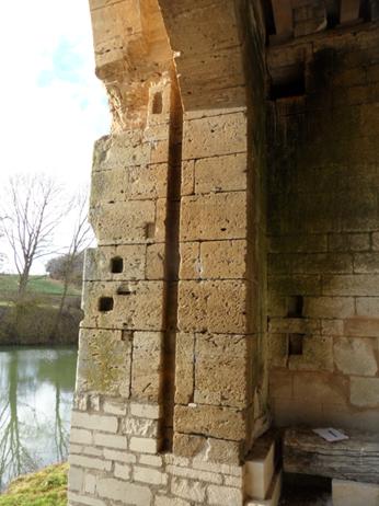 Traces laissées dans le mur par la herse d'origine
