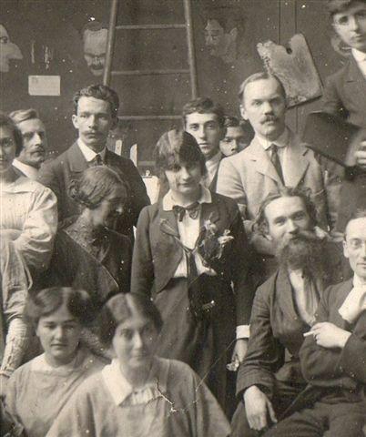 Hélène Guinepied vers 1920 (au centre)