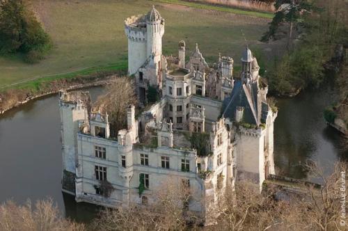 Chateau A Vendre A Restaurer Avec Plan D Eau  Vienne