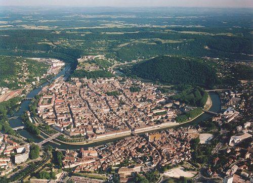 La vieille ville de Besançon, dans un méandre du Doubs © Wikimédia Commons