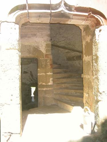 Château de Pagax :porte d'accès tour escalier