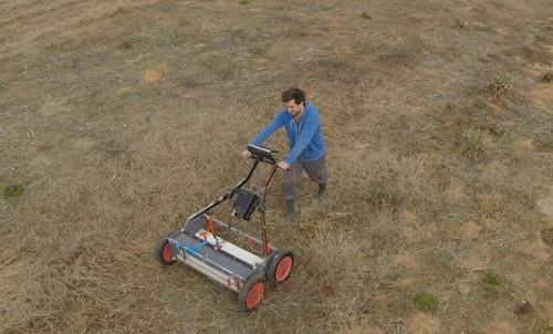 Cet outil n'est pas une tondeuse à gazon ! Il s'agit du radar qui nous permettra d'en savoir plus sur les éléments bâtis enfouis dans le sol… et en plus sans endommager la végétation.