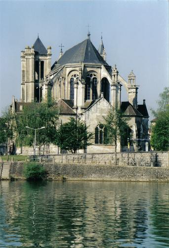 Collégiale vue de l'Yonne