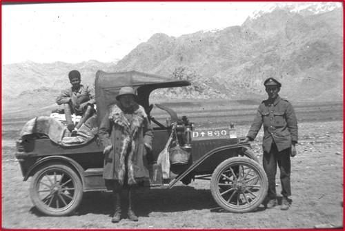 Poidebard devant sa Ford, sur la route de Perse