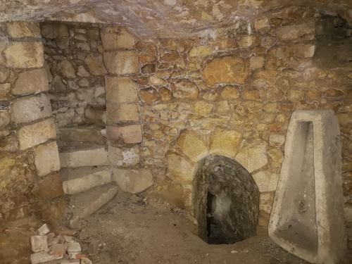 Sarcophage dans la cave voûtée au niveau-2