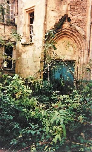 Porte d'entrée condamnée par la végétation en 1990