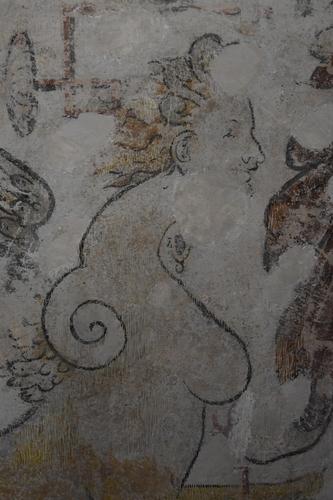Sphinge (sphinx au féminin) qui encadre le blason encore non identifiée d'une alliance avec les dames de Meauce