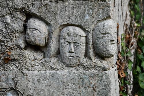 3 têtes d'époque celtique, réemployées dans les fondation au 13ème siècle
